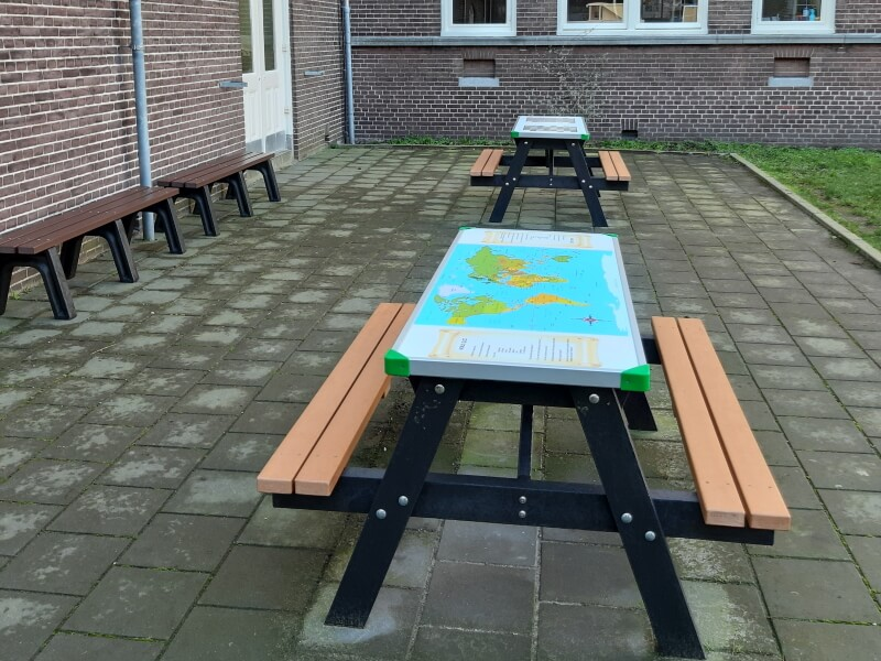 a frame gameboard picknicktafel